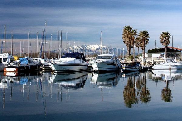 Le port de Sainte Marie la Mer et le Mont Canigou